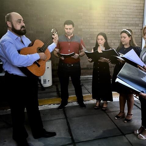 リハーサルで合唱団を率いるバシャール・ハンナ。