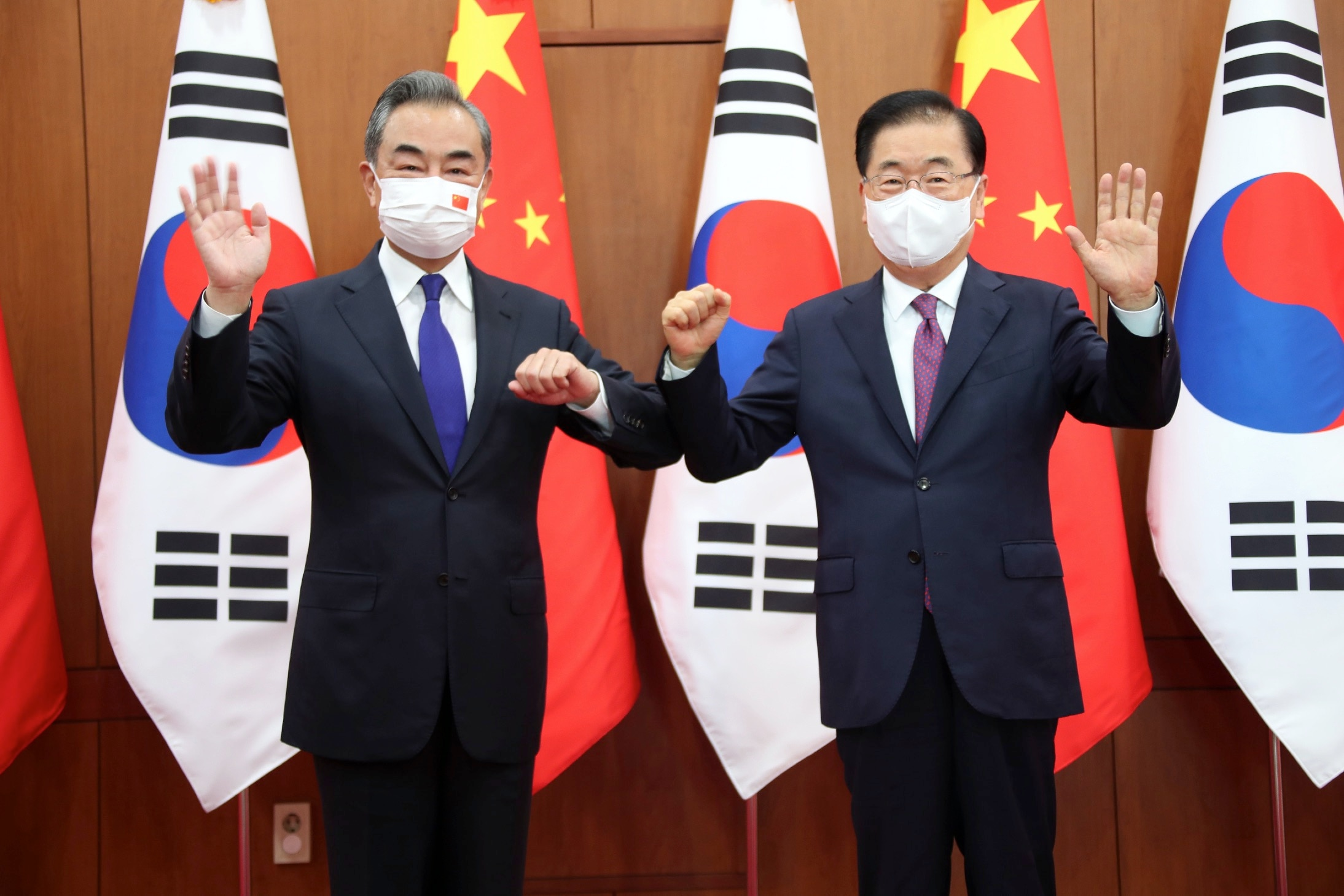 Chinese Foreign Minister Wang Yi (left) met with his South Korean counterpart, Chung Eui-yong, in Seoul on 15 September for talks on North Korea.