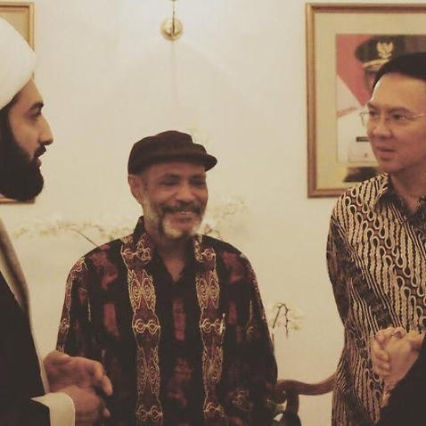 Shaikh M Tawhidi (left) talks with Ahok (right).