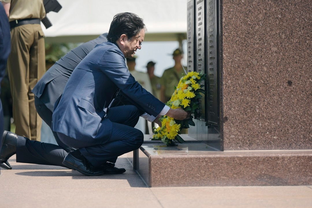 Japanese Prime Minister Shinzo Abe laid a wreath at the Darwin Cenotaph War Memorial.