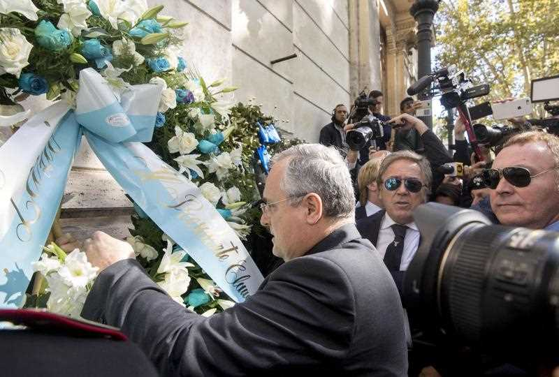 Lazio Chairman Claudio Lotito puts a flower wreath at the synagogue in Rome, Italy, 24 October 2017.