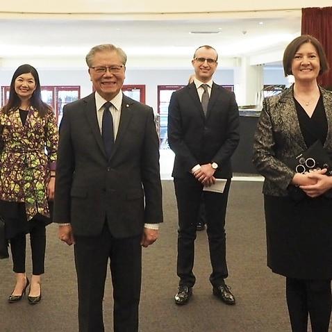Da sinistra: Alastair Cooper, Jing Lee, il governatore Hieu Van Le, il console Adriano Stendardo, l'ambasciatrice d'Italia Francesca Tardioli e Clizia Restivo.