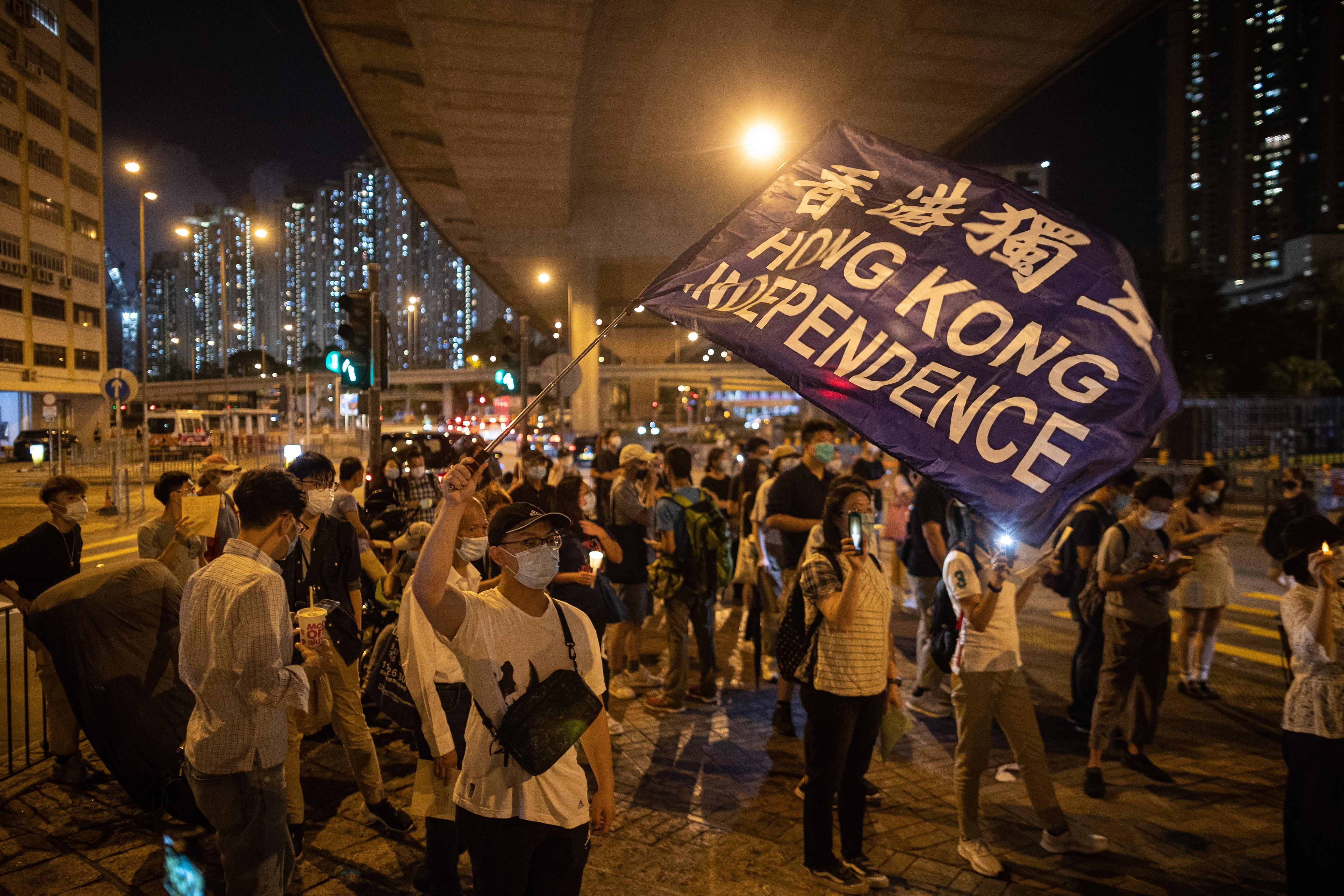 民主主義活動家は香港での北京天安門虐殺記念日の前夜の集会に参加します。