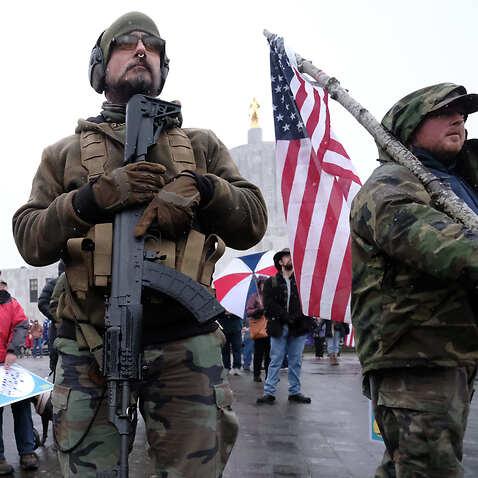Mit Sturmgewehren bewaffnete Männer stehen am 6. Januar 2021 während einer Stop the Steal-Kundgebung mit Trump-Anhängern vor dem State Capitol in Salem, Ore.  (Foto von Alex Milan Tracy / Sipa USA)