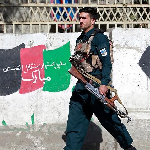 2020年11月2日月曜日、アフガニスタンの警備員がアフガニスタンのカブールにあるカブール大学の攻撃現場に到着しました。