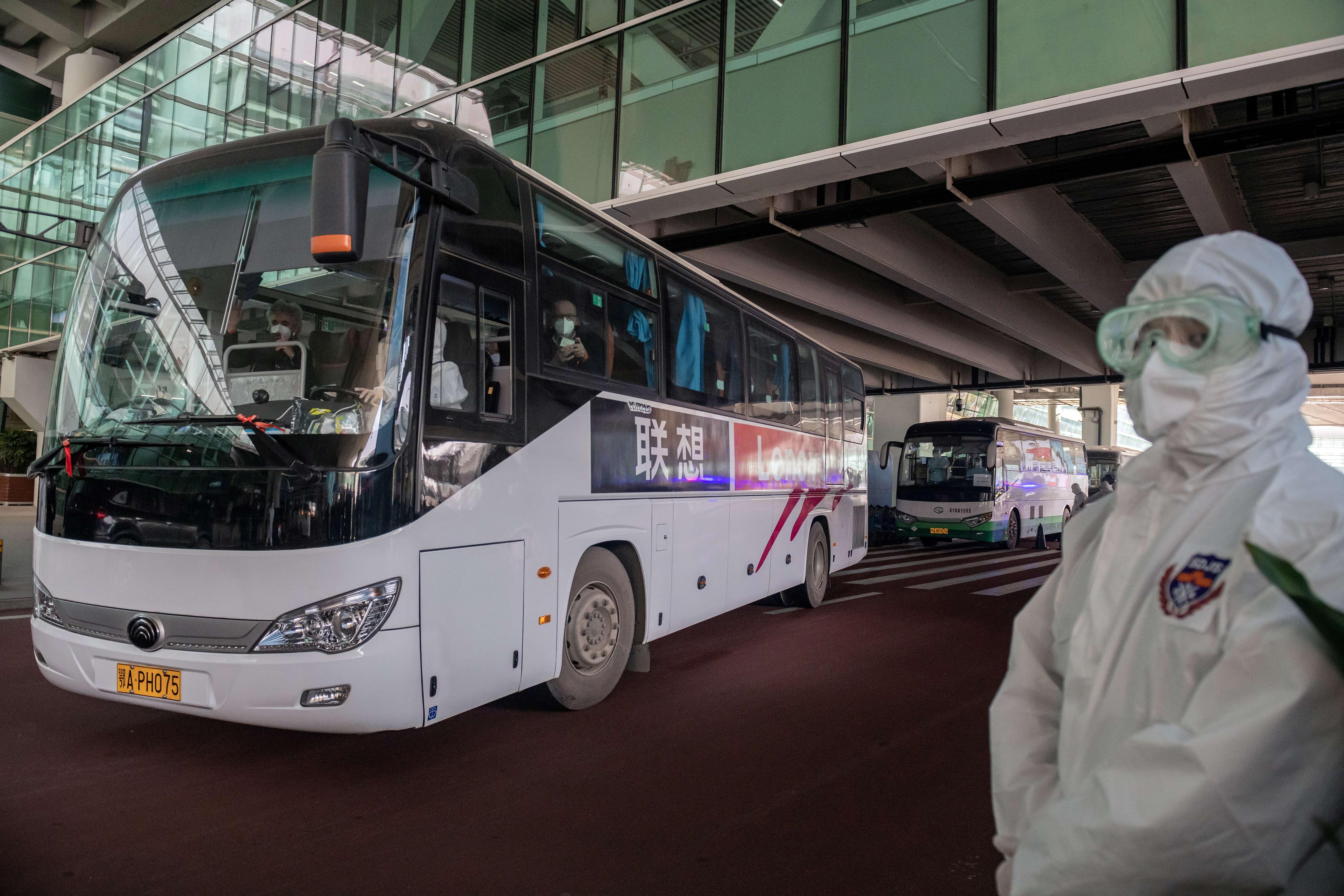 WHOチームのメンバーを乗せたバスは、1月14日に武漢に到着した後、空港を出発します。