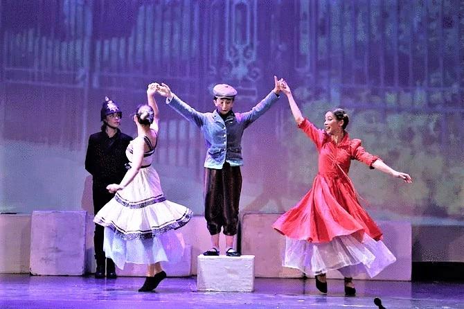 Από την θεατρική παράσταση «Μαίρη Πόππινς» που ανέβασε το 2019 το Θεατρικό Εικαστικό Καλλιτεχνικό Κέντρο «Πούπουλο» της Θεσσαλονίκης.