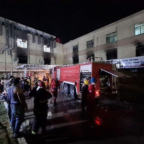 Ein Blick auf das Ibn al-Hatip-Krankenhaus, während ein Feuer im Krankenhaus ausbricht, in dem Coronavirus-Patienten in Bagdad, Irak, behandelt wurden.