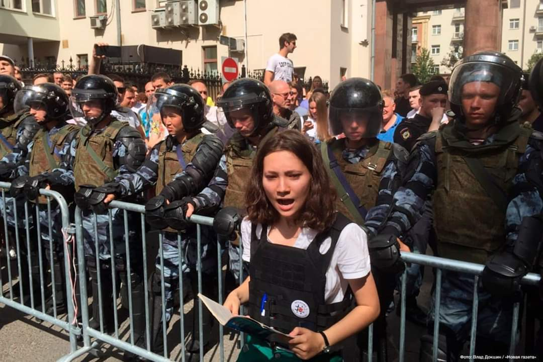 A 17 year -old Russian girl is being hailed as a hero and symbol of resistance after she was photographed reading the Russian constitution to a group of armed riot police at a bloody protest.