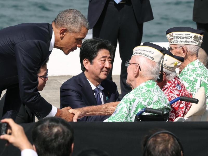 Shinzo Abe talks with US veterans in Pearl Harbor