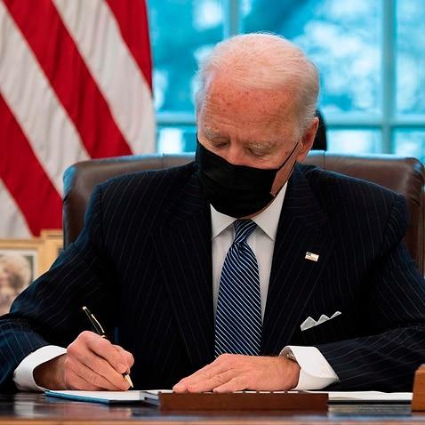 米国大統領ジョー・バイデンは、軍隊で働くトランスジェンダーのトランプ時代の禁止を覆す大統領命令に署名します。