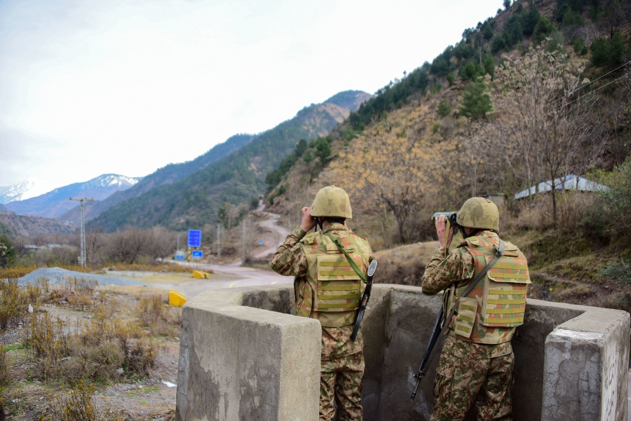 Pakistani soldiers watching over potential Indian troop movements on Saturday at the Chakothi post, near the Pakistan-India border.