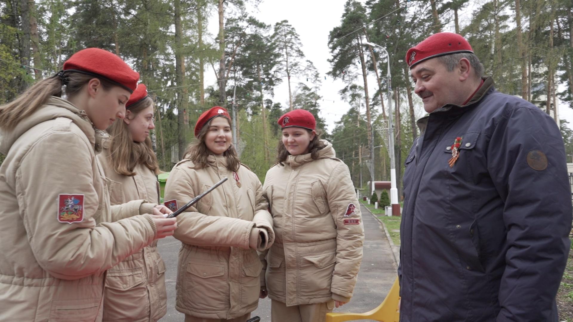 Сегодня около 850 тысяч российских детей состоят в поддерживаемой государством молодежной армии.
