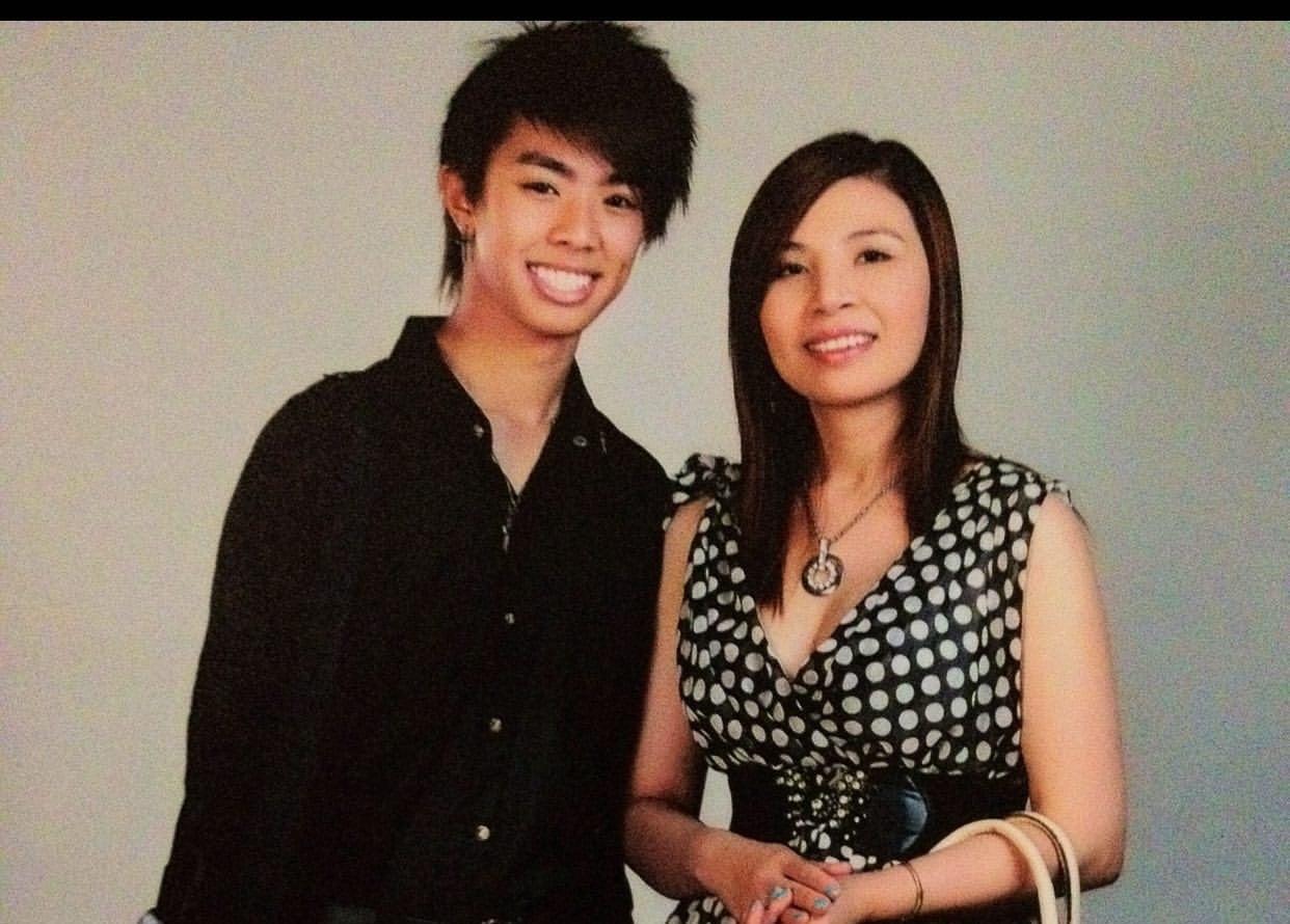 Kara (Kelvin) Trần, trong một tấm hình kỷ niệm cùng mẹ