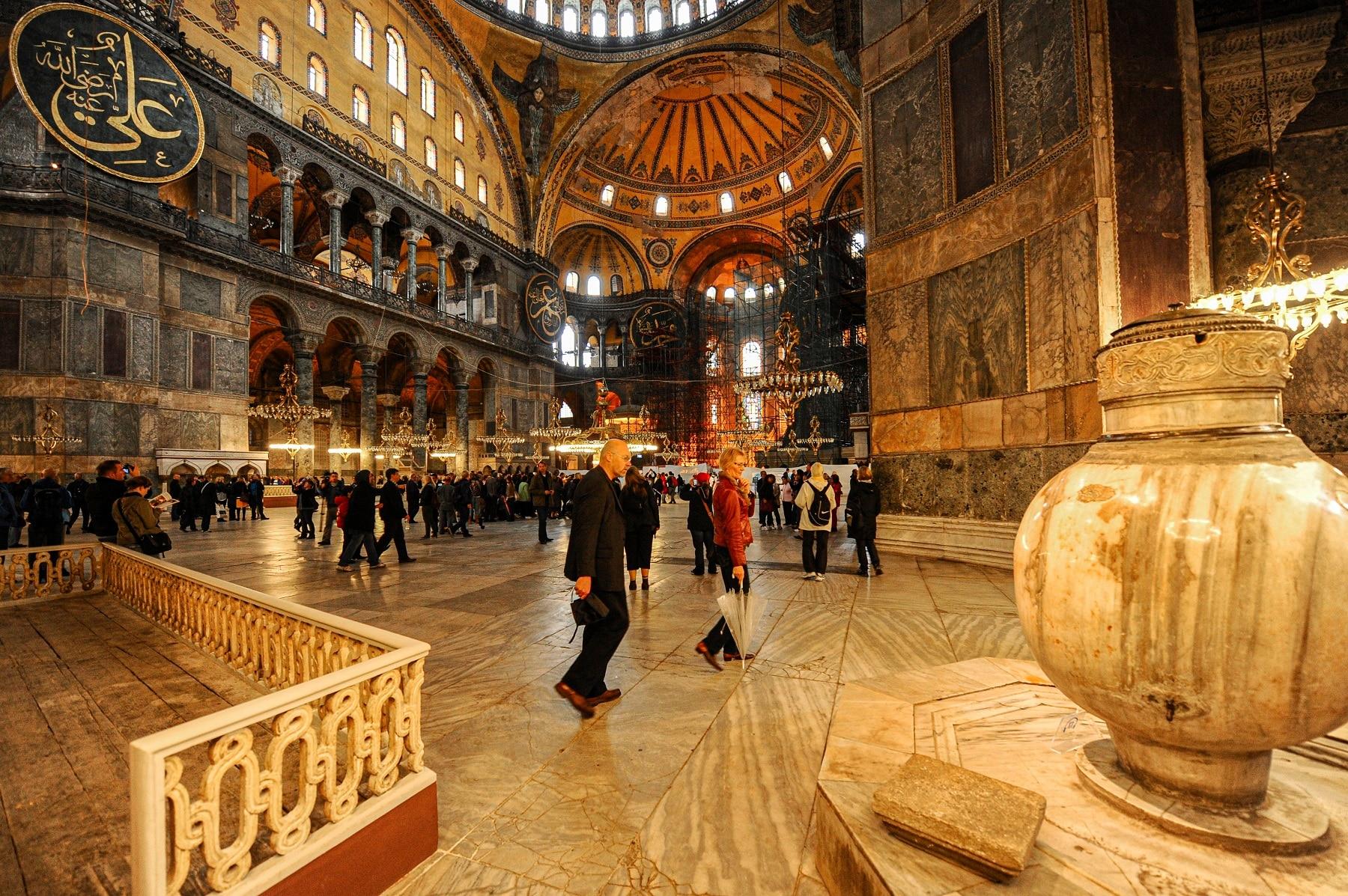 2010年10月15日、イスタンブールの歴史的なスルタンアフメット地区にあるビザンチン時代のハギアソフィア大聖堂を訪れます。