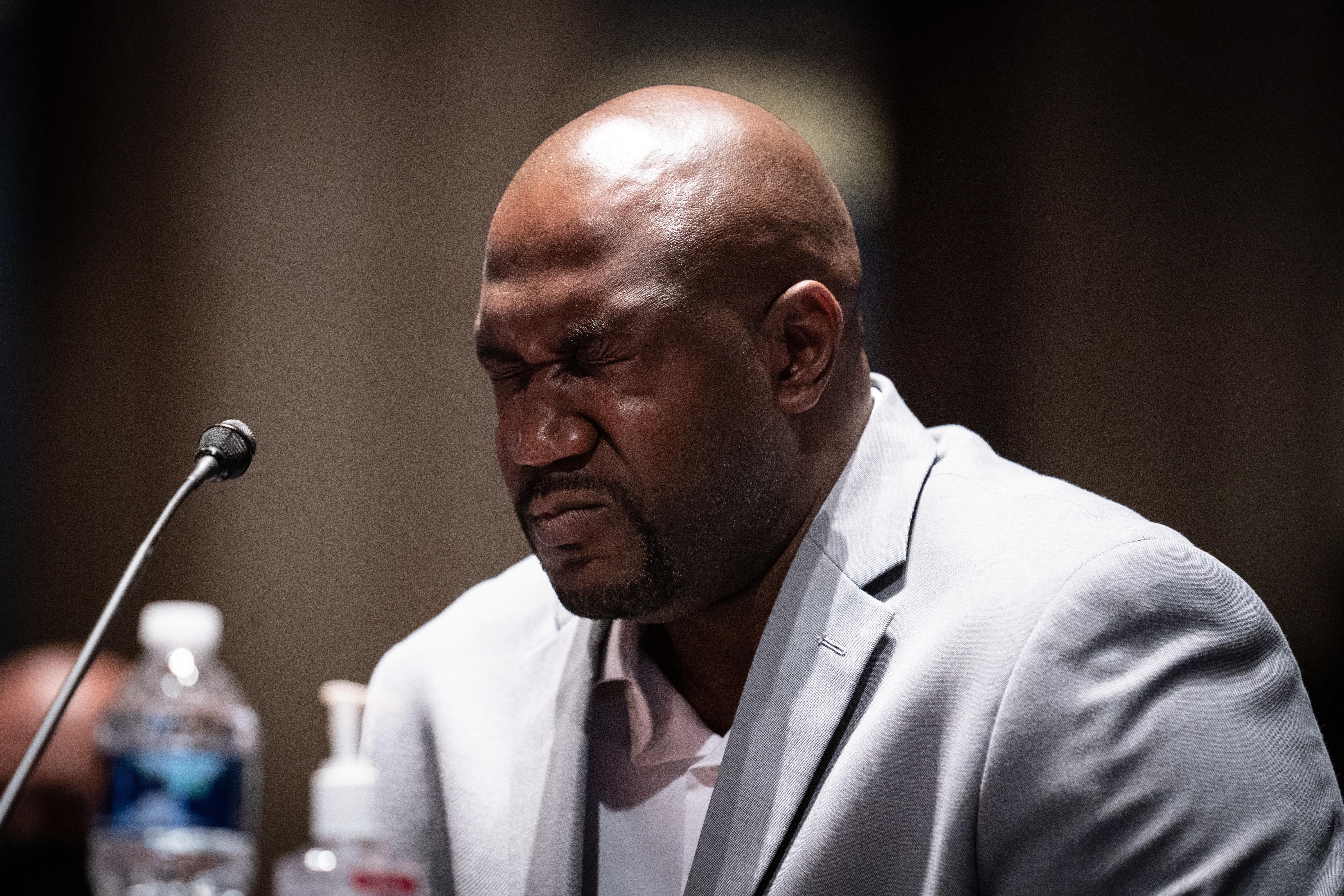 ジョージ・フロイドの弟であるフィロニーズ・フロイドは、下院司法委員会で警察の説明責任に関する公聴会で証言しながら涙を流している。