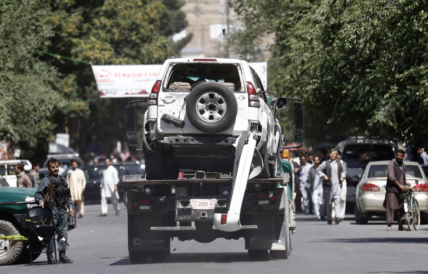 A damaged vehicle is removed from the scene of a suicide bomb attack in Kabul, Afghanistan, 31 May 2017.