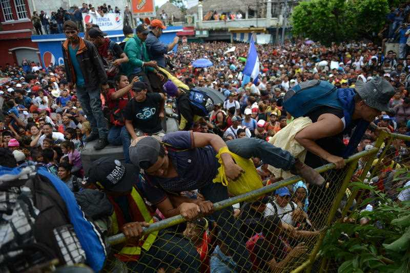 Migrant caravan negotiates with police in Mexico