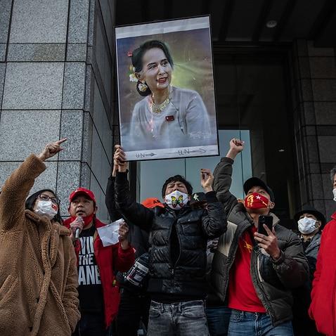 2月1日に母国で起こったクーデターに反対する東京のミャンマー人がデモを行う中、アウンサンスーチーのポスターが高く掲げられています。