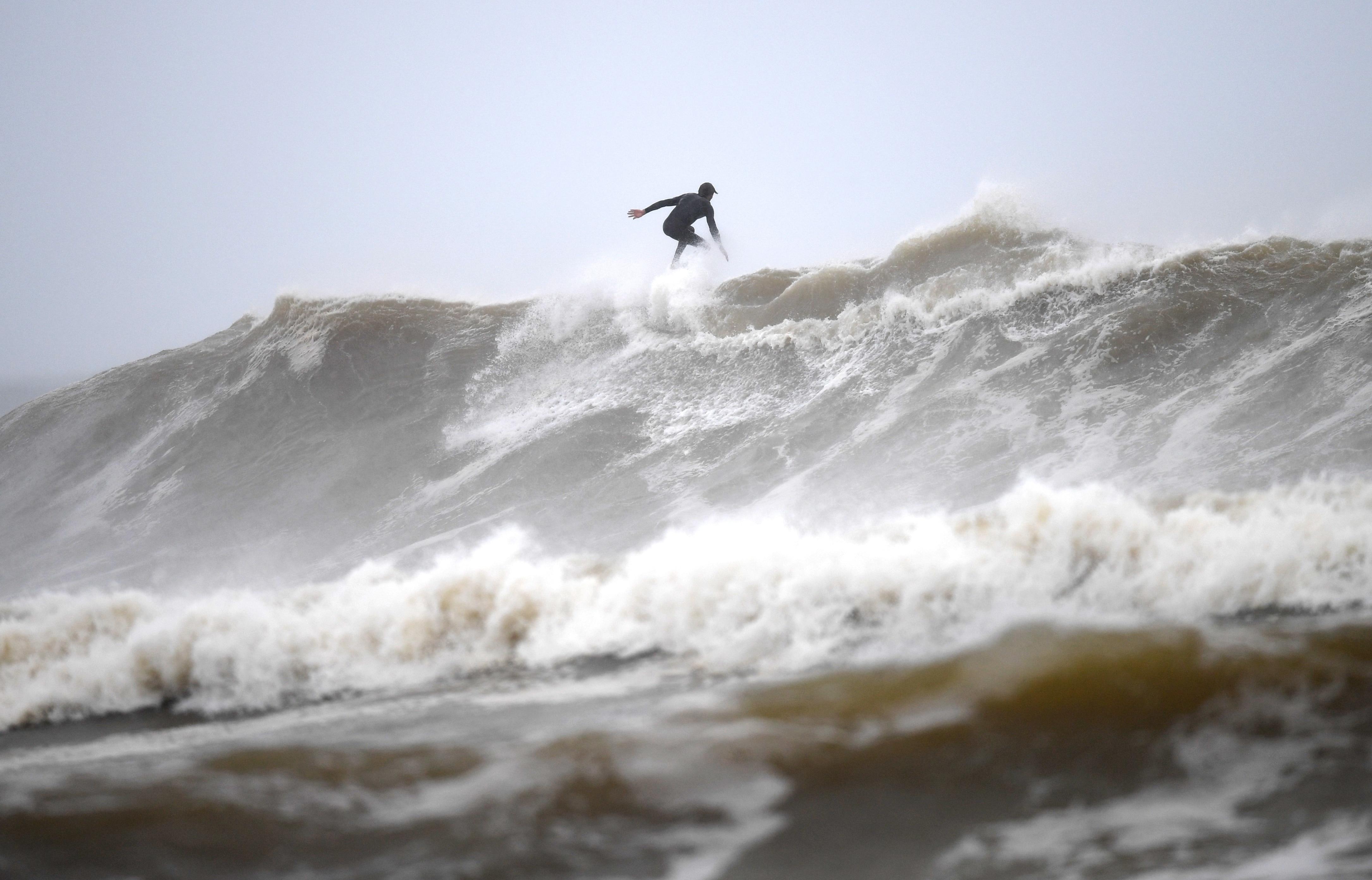 12月13日(日)、ゴールドコーストのスナッパーロックスの荒野の中でサーファーがビーチを襲います。