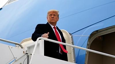 Präsident Donald Trump gestikuliert, als er am Dienstag, dem 12. Januar 2021, am internationalen Flughafen Valley in Harlingen, Texas, an Bord der Air Force One geht, nachdem er einen Abschnitt der Grenzmauer zu Mexiko in Alamo, Texas, besucht hat.  (AP Foto / Alex Brandon)