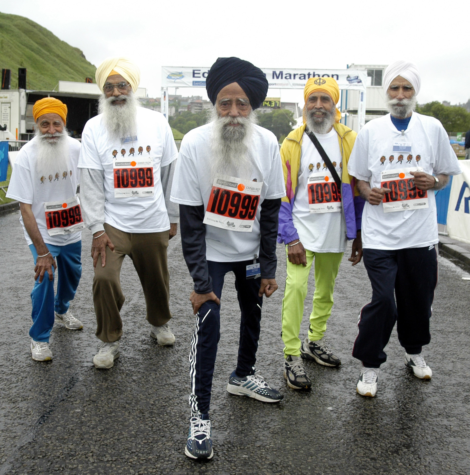 Fauja Singh with a group of runners at Edinburgh Marathon 2005