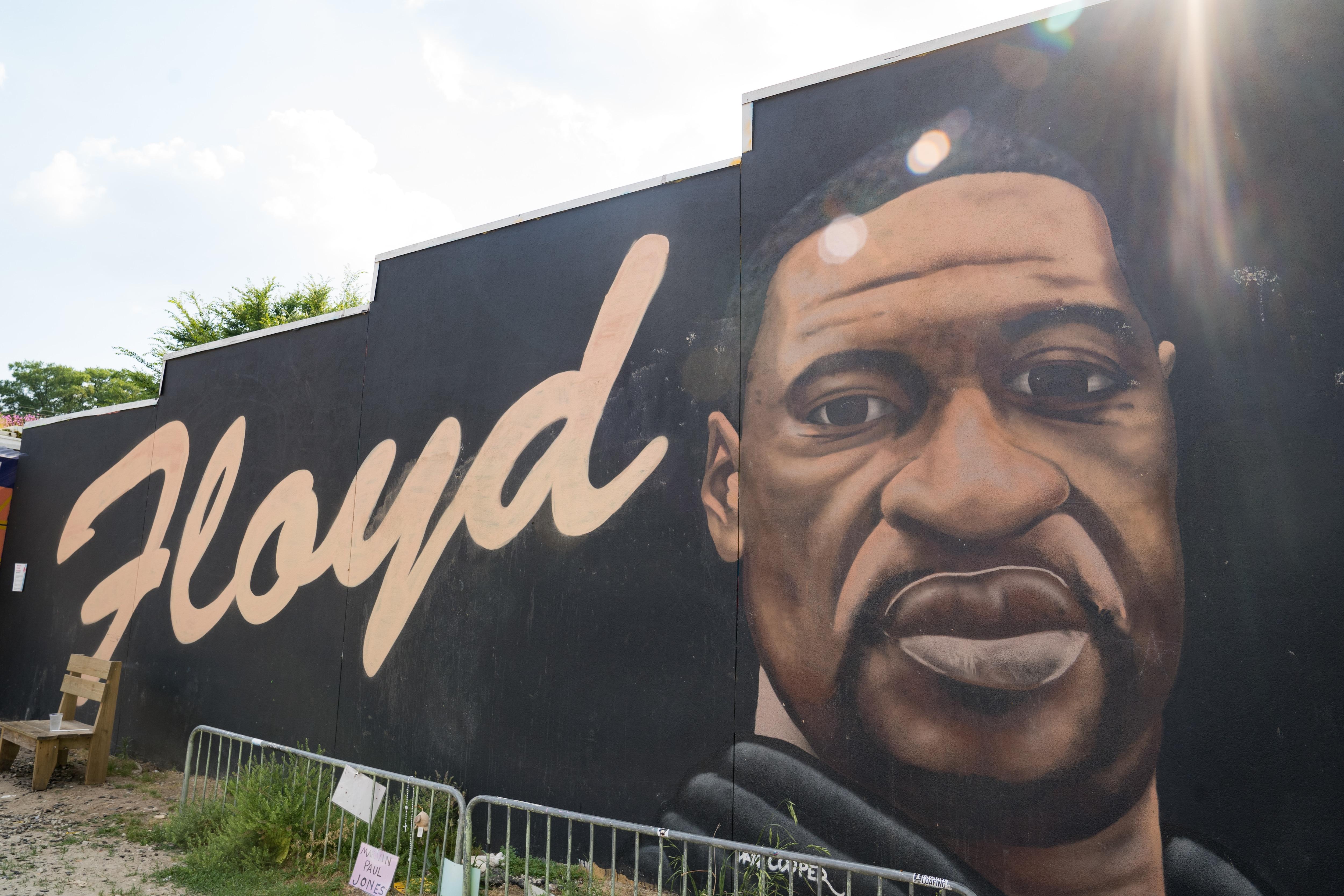 ジョージフロイドの壁画は、ジョージア州アトランタで2021年5月25日に彼の死の記念日に示されています。