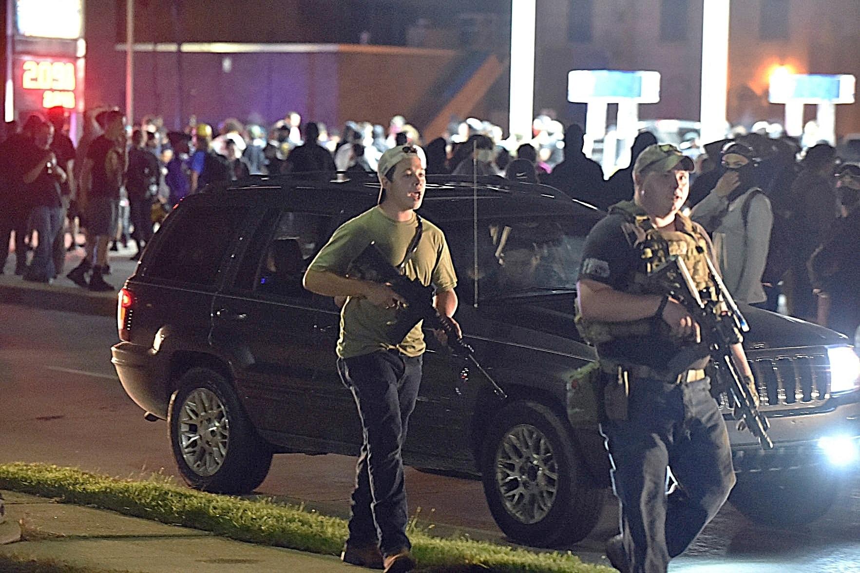 17歳のカイルリッテンハウスは、ジェイコブブレイクの射撃に抗議していた2人の男性を射殺し、もう1人を負傷させたとして告発されました。