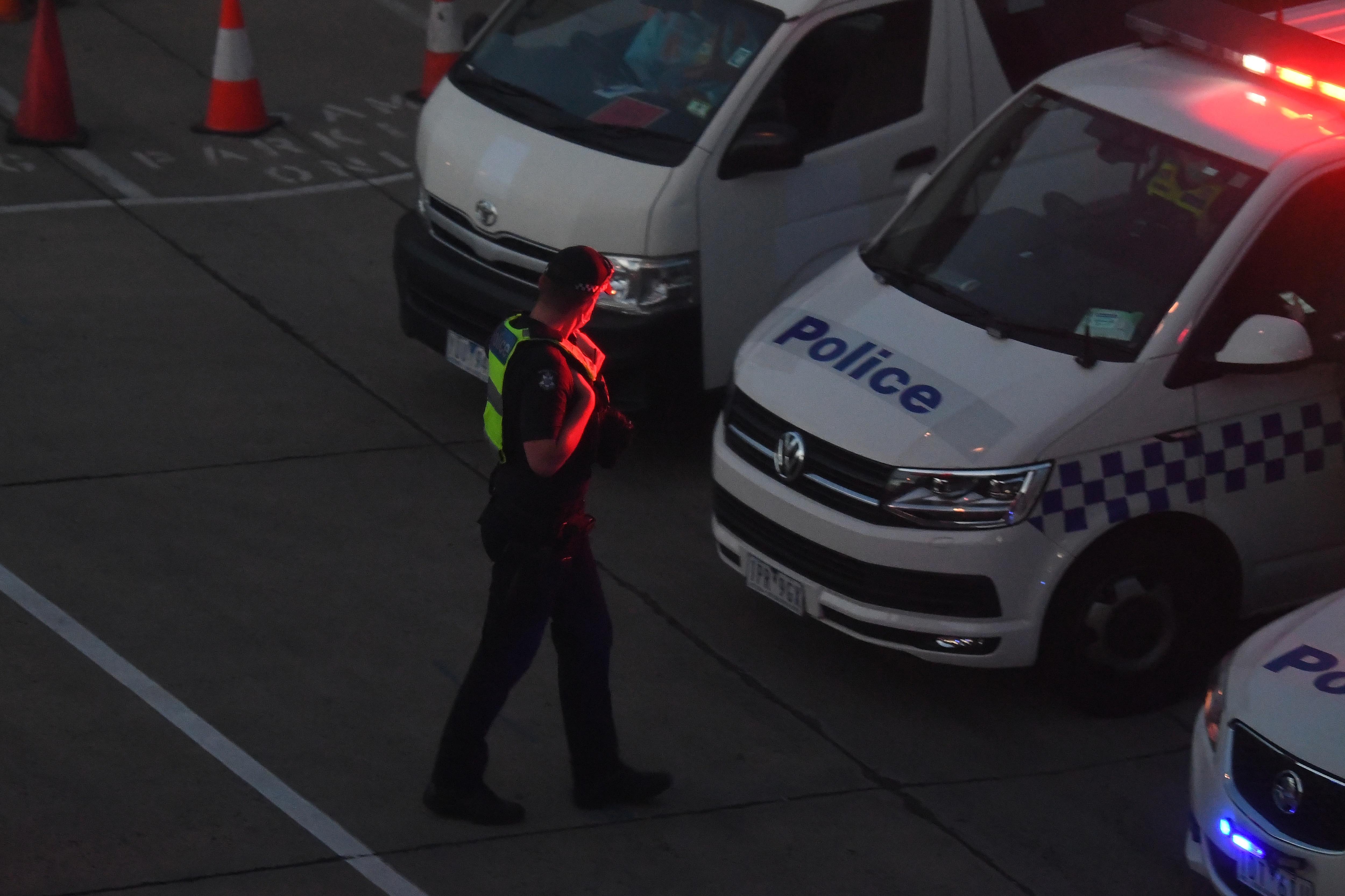 マルカ・ライファーが1月27日水曜日に到着したと報告されているため、ビクトリア州警察がメルボルン国際空港で見られます。