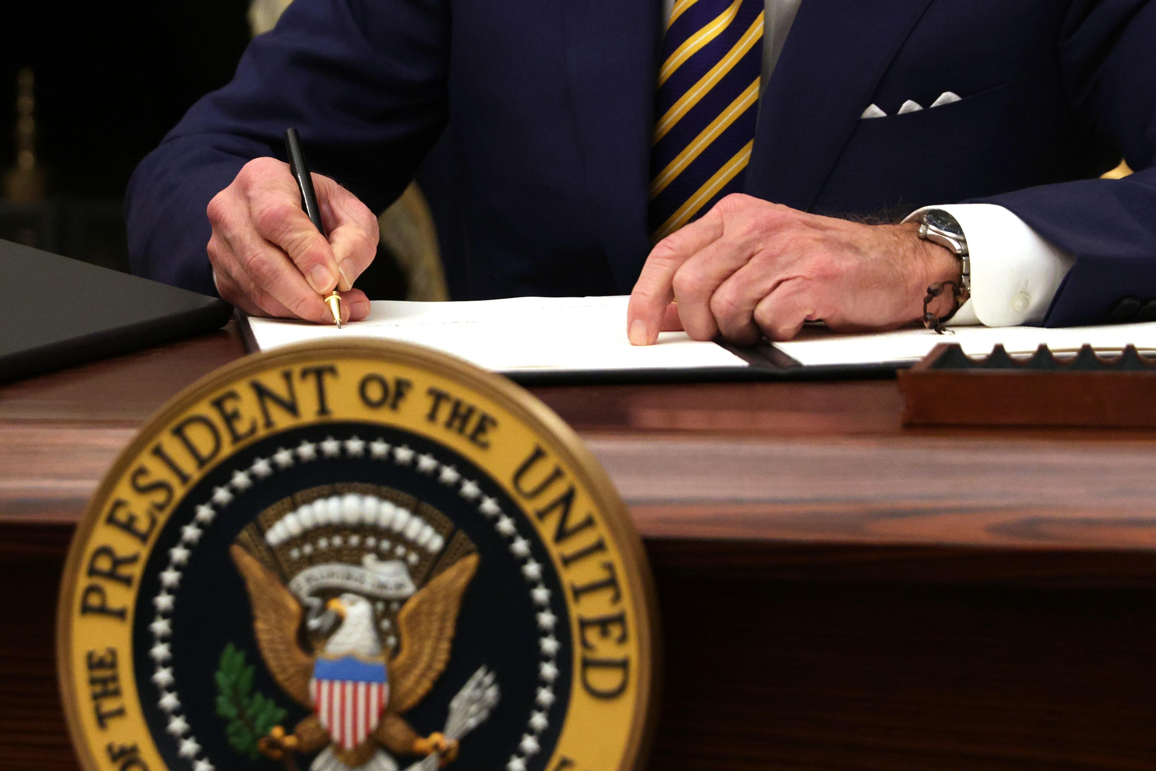 米国大統領ジョー・バイデンは、2021年1月22日にホワイトハウスで開催されたイベント中に大統領命令に署名しました。