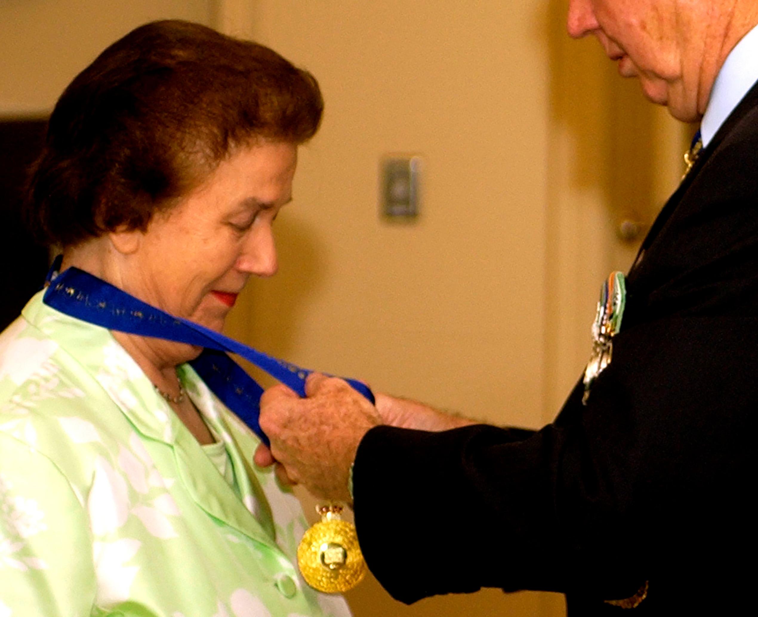 حصلت السيدة مارغريت جيلفويل على وسام أستراليا من الحاكم العام مايكل جيفري في سبتمبر 2005.