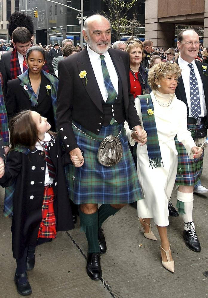 ショーンコネリーは、2002年4月6日に、約10,000人のバグパイプバンドの一部としてニューヨークの6番街を上る行列を率いています。