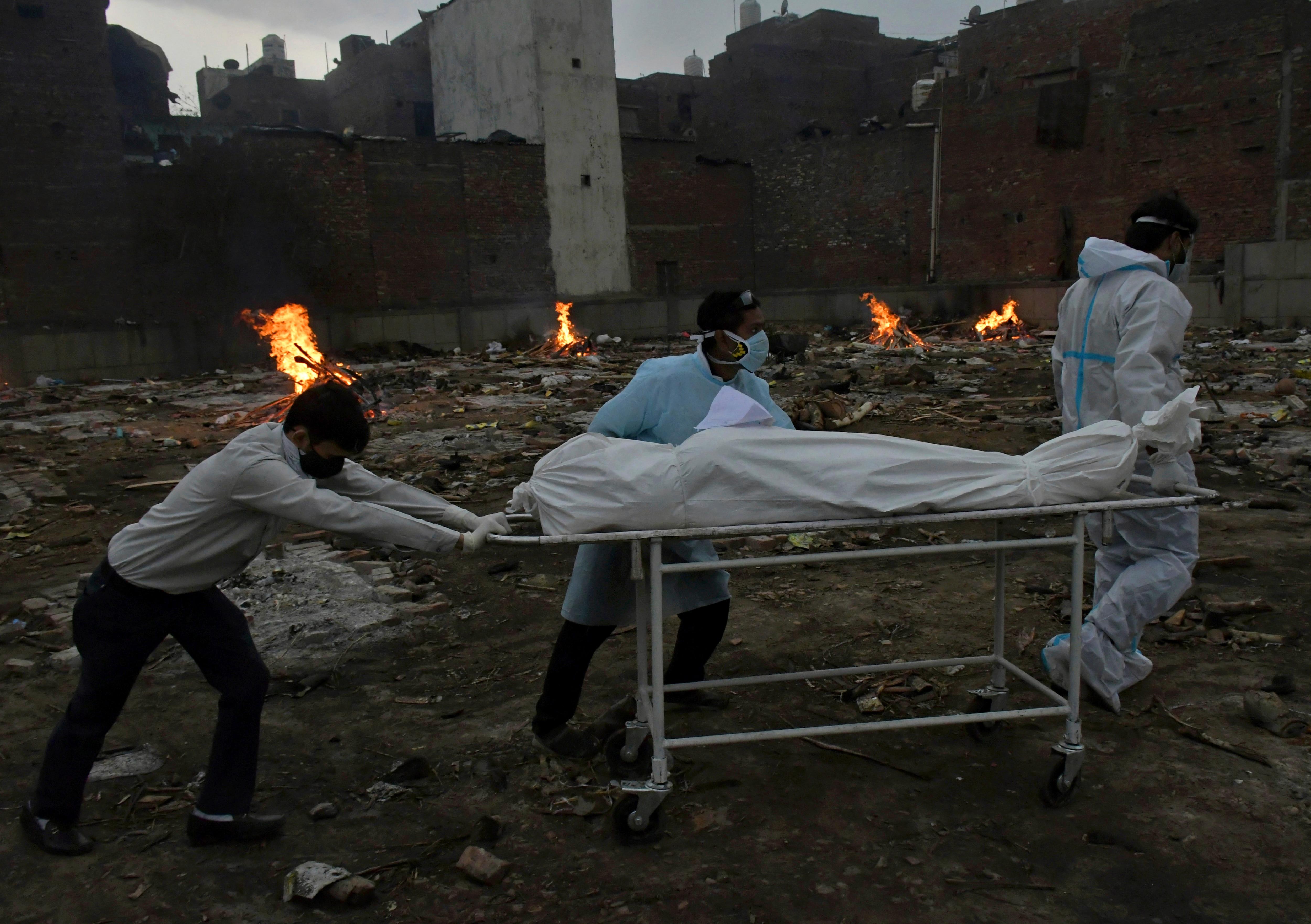 COVID-19の犠牲者の遺体は、2021年5月6日木曜日、インドのニューデリーで火葬場に改造された地面で火葬のために運ばれました。