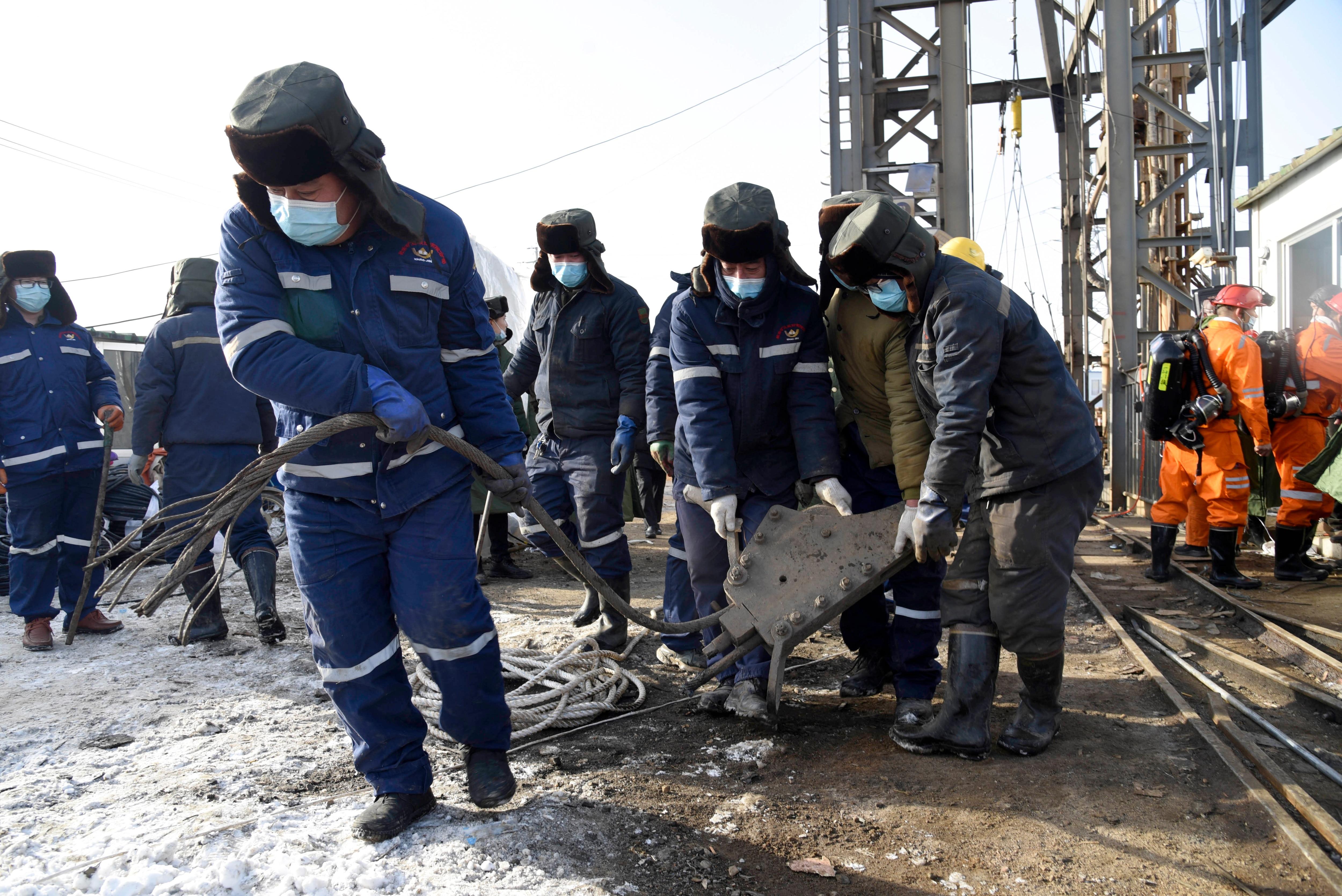 新華社が公開したこの写真では、1月12日に山東省で爆発した金鉱山の現場で救助隊が働いています。