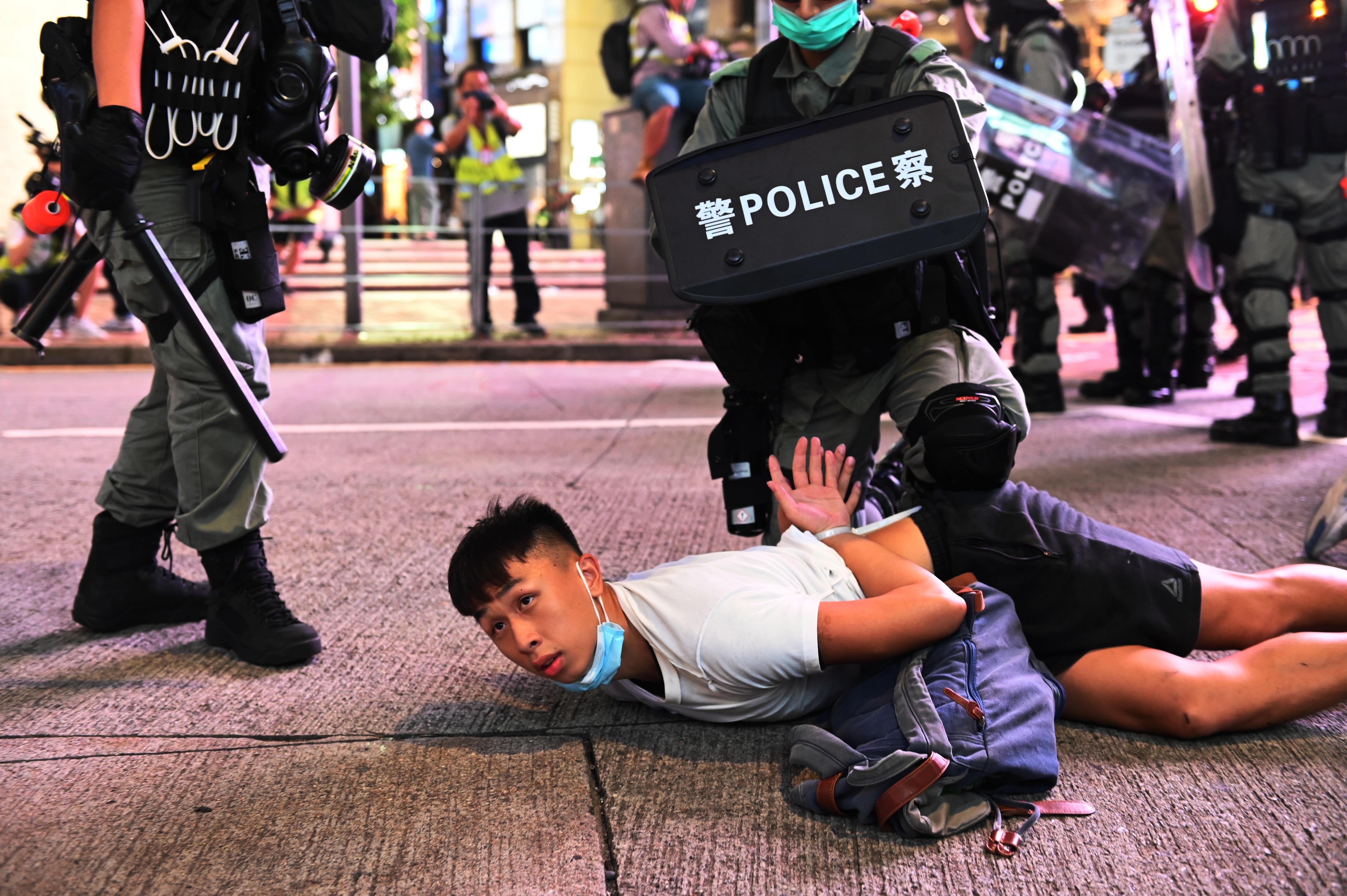 7月1日、香港で行われた新しい国家安全保障法に反対する集会中に、警察官が抗議者を拘束した。