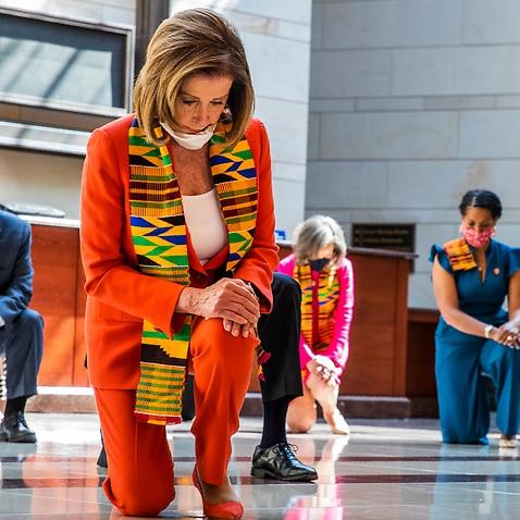 下院議長のナンシーペロシと他の議会メンバーが解放ホールに集まり、ジョージフロイドを称えるためにひざまずいて沈黙の瞬間を観察します。