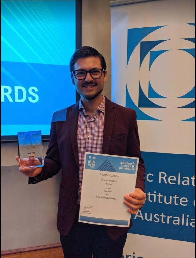 """Eric Robledo con el premio PRIA en la categoría de """"Future Leader"""" de Nueva Gales del Sur."""