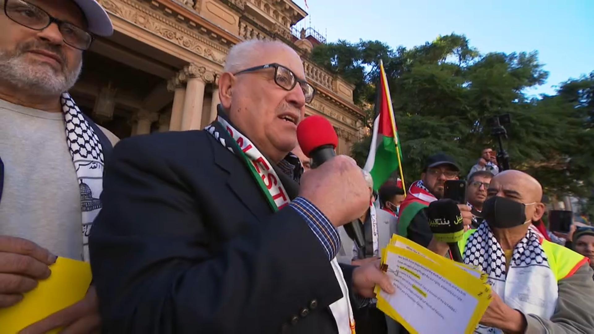 Ein Mann, der sich an die Kundgebung in Sydney wendet