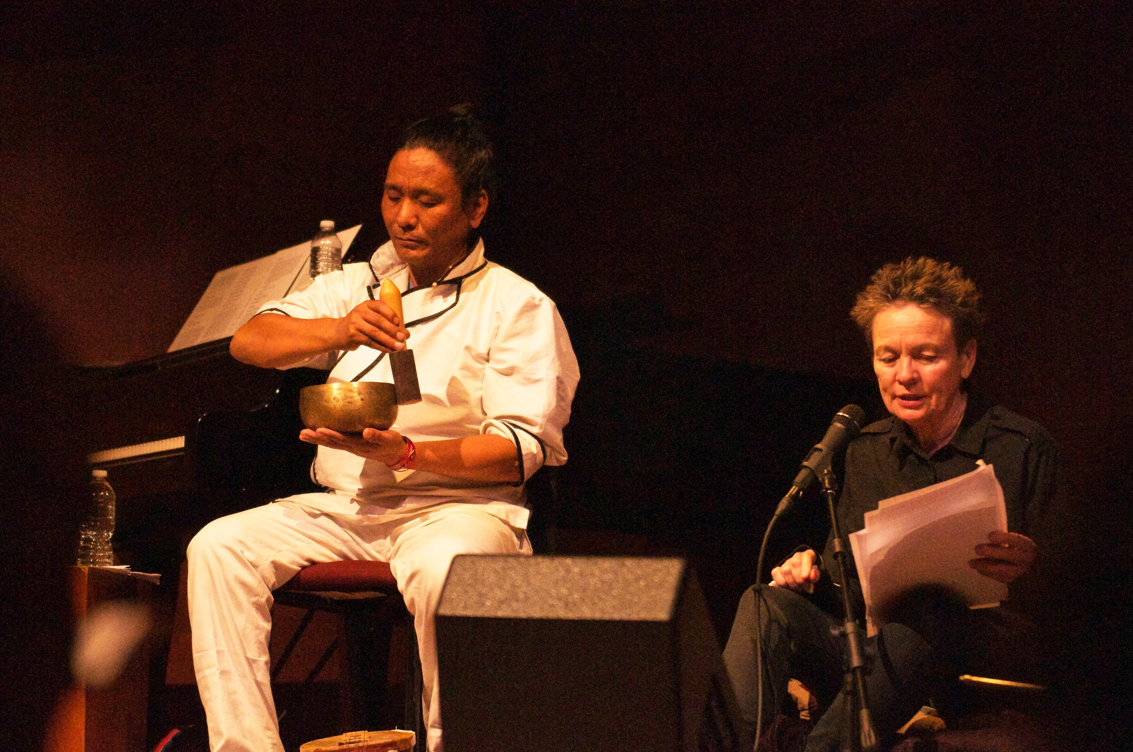 ローリー・アンダーソンと一緒にバルドからの歌を演奏するテンジン・チョギャル。