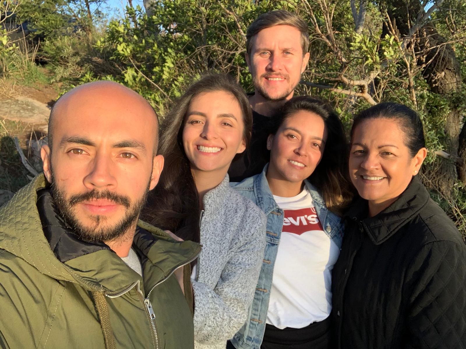 Santiago Cardona (izquierda), su esposa Daniela Ramírez, Camila Cardona, Ricardo Stoltze (esposo de Camila) y Sonia Baena (madre de Camila y Santiago).