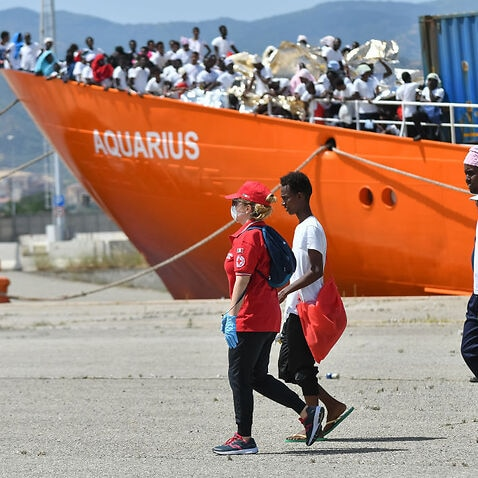 Some migrants during the stages of landing Aquarius