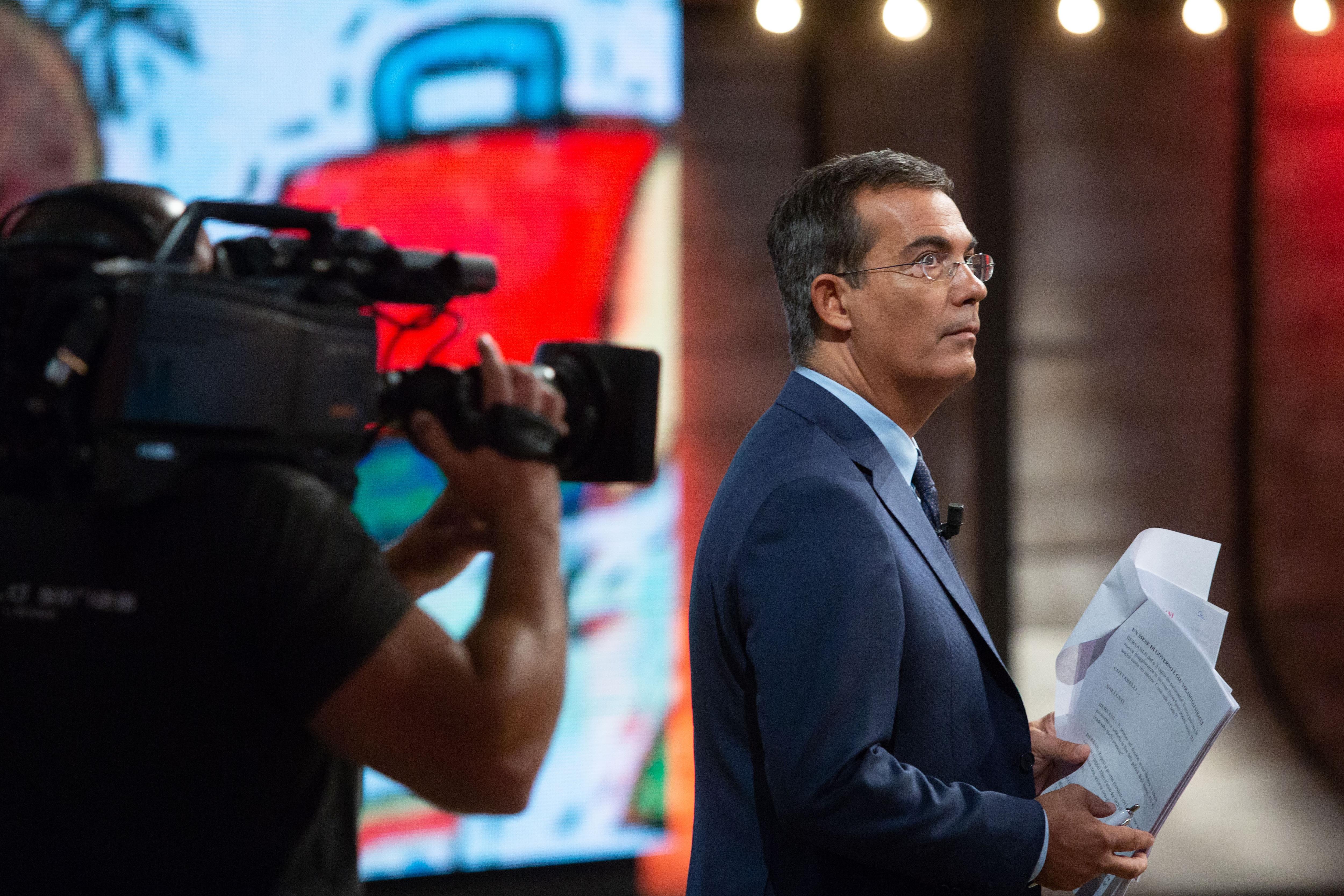"""Giovanni Floris durante una puntata del suo programma La7 """"di MartedÌ"""""""