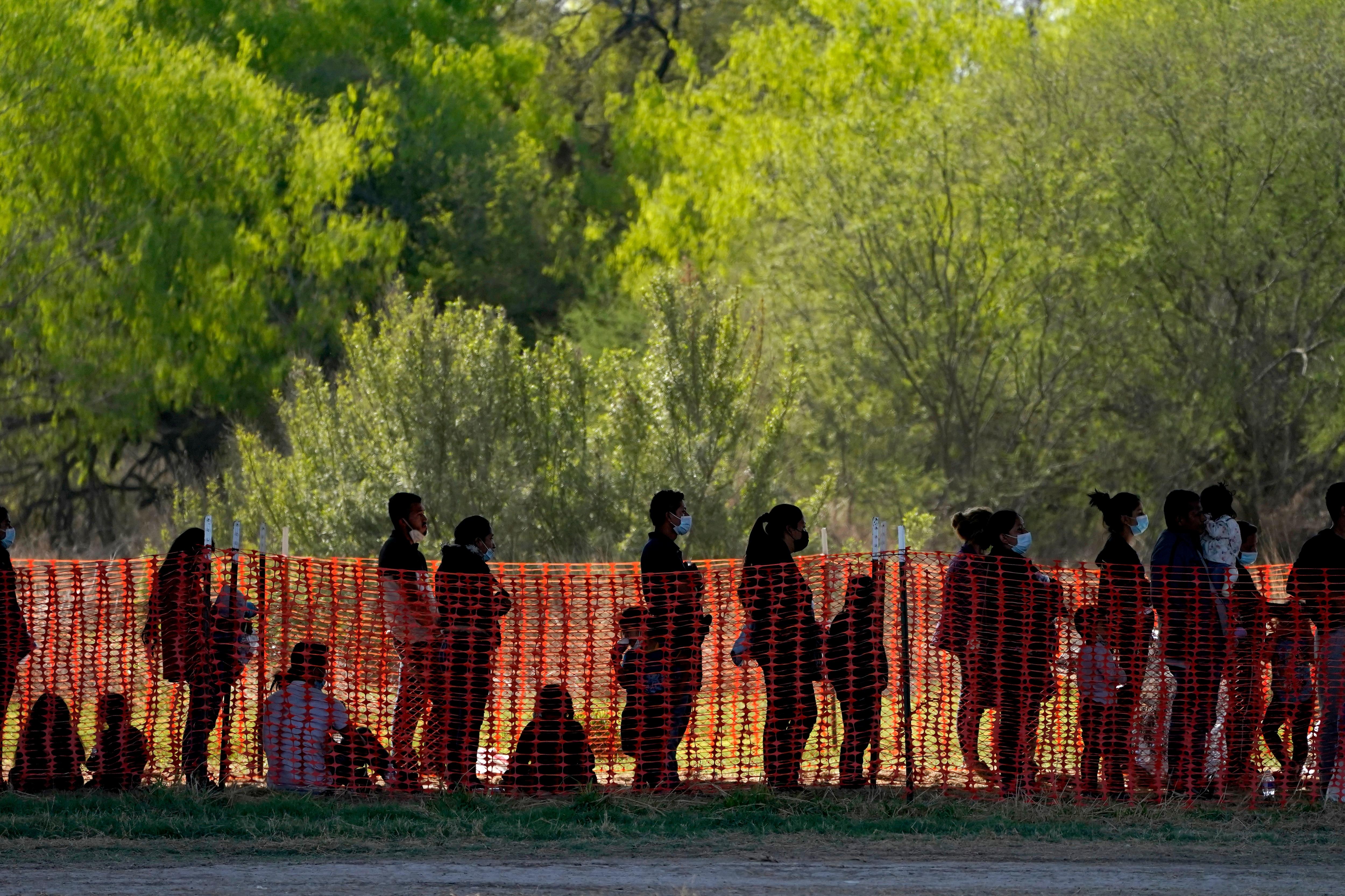 Los inmigrantes son vistos en el área de procesamiento de Aduanas y Protección Fronteriza debajo del Puente Internacional Anzal-Douas, el viernes 19 de marzo de 2021, en Mission, Texas.