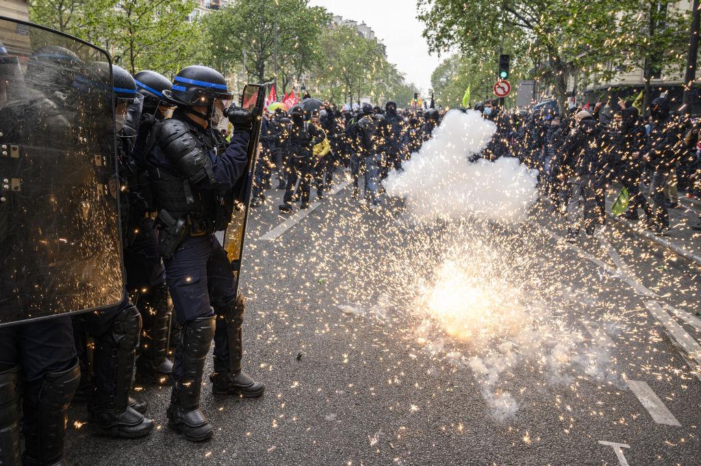 Des manifestants se heurtent à la police lors de la manifestation du 1er mai à Paris, France.