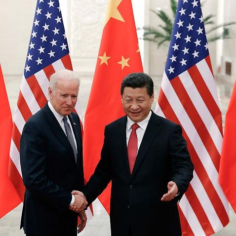 DATEI - In diesem Aktenfoto vom 4. Dezember 2013 gibt der chinesische Präsident Xi Jinping (rechts) dem damaligen US-Vizepräsidenten Joe Biden die Hand, als sie in der Großen Halle des Volkes in Peking für Fotos posieren.  (AP Foto / Lintao Zhang, Pool, Datei)