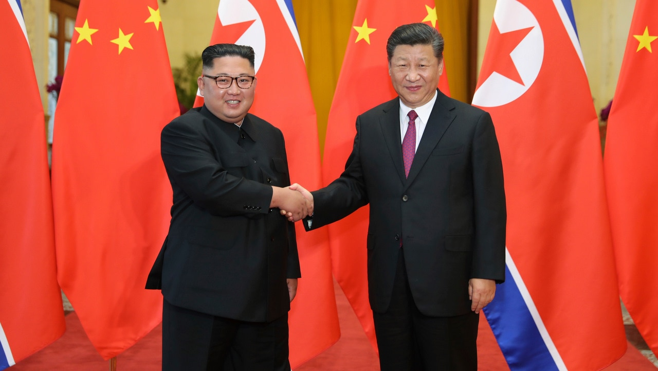 Chinese President Xi Jinping shakes hands with North Korean leader Kim Jong Un in Beijing on 19/6/18.