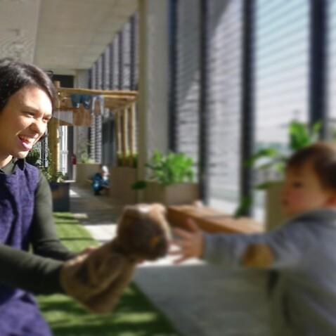 Valentina Caputo a lavoro con uno dei bambini dell'asilo di Melbourne