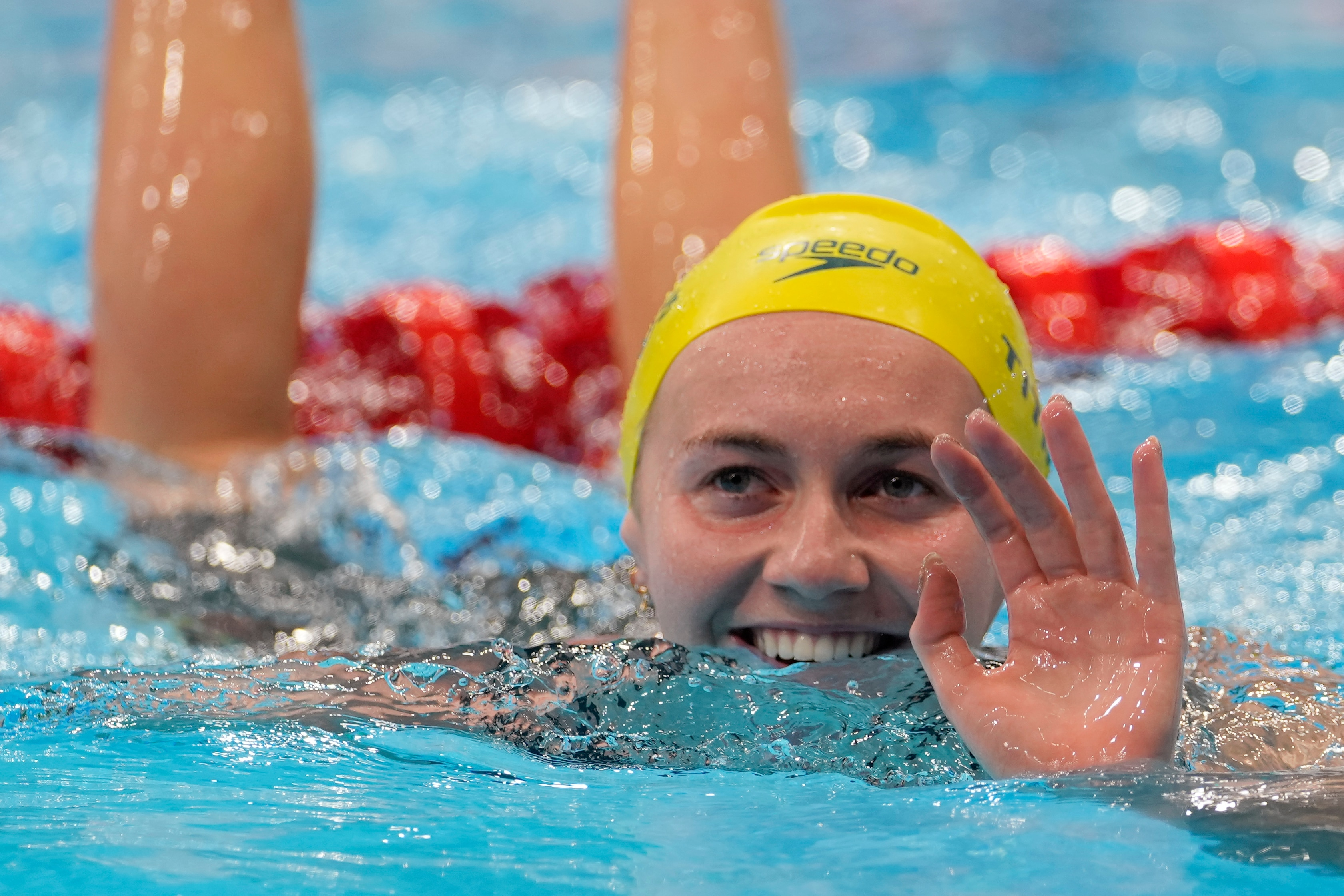 Ariarne Titmus of Australia waves after winning the final of the women's 400-metres freestyle