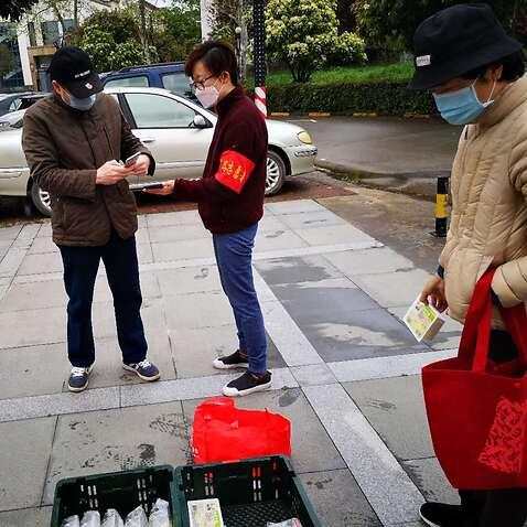 Tracy(中)在武汉做志愿者