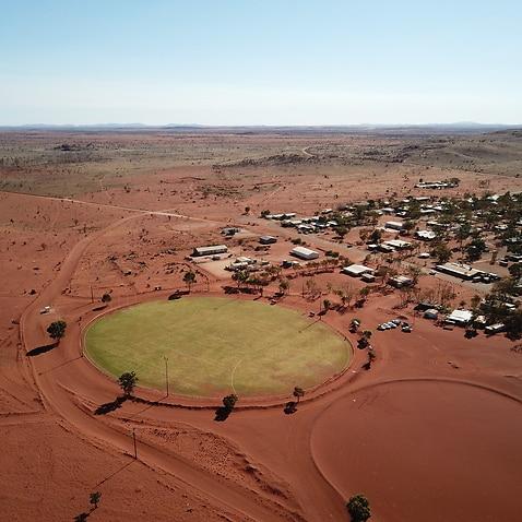 アマタの楕円形の新しい草地コミュニティは、砂漠の町を結びつけています。
